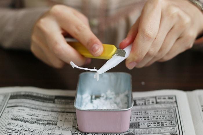 ロウ引きのもととなるロウソクを削っていきます