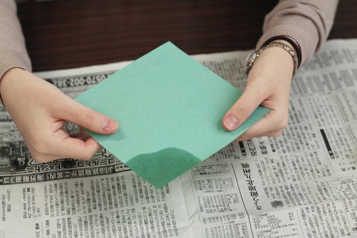 溶けたロウが紙に染み込んでいきます