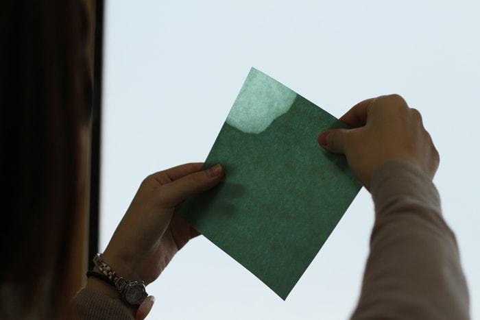 ロウが染み込むと紙に透け感が出ます