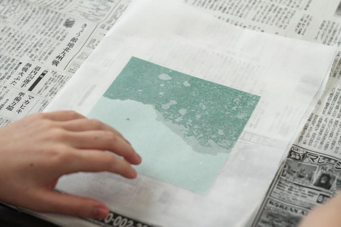 紙の全体に染み渡るようにアイロンがけしましょう。