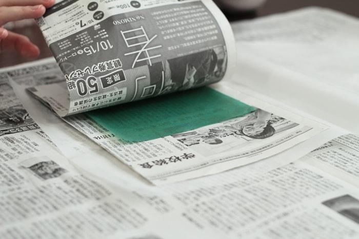 新聞紙などで余分なロウを吸い取りましょう