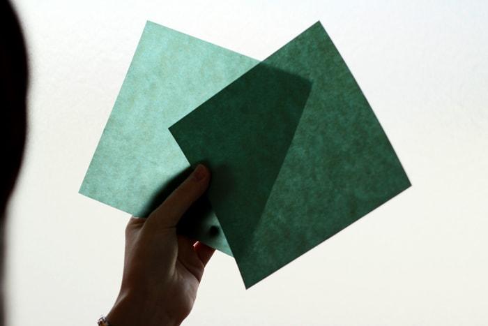 蝋引きした紙は光にかざすとかなり透けているのがわかる