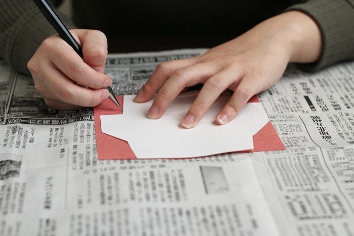 切り抜いた痕に消せるようシャープペンシルで線を引いていきます