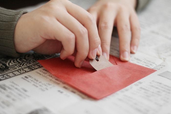 カードのような少し厚めの紙ではがすように開けていく