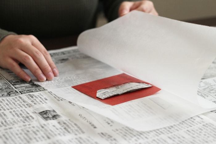 封筒の中に新聞紙を入れ、アイロンをかける