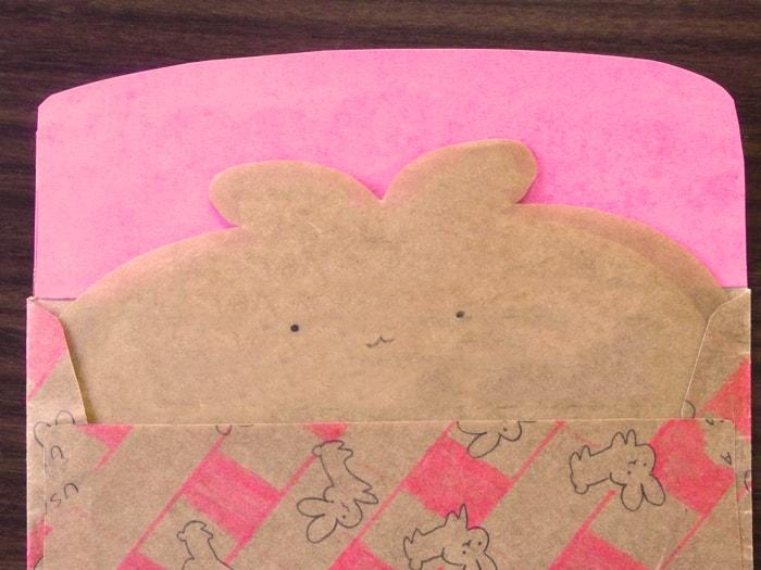 封筒から顔を出すうさぎのメッセージカード