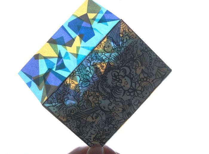 重なり合った折り紙にロウ引きを施したため、くもりガラスのようにも見える