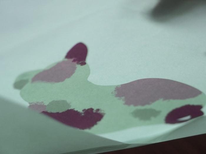封筒の中面に猫の絵がイラストが印刷されている