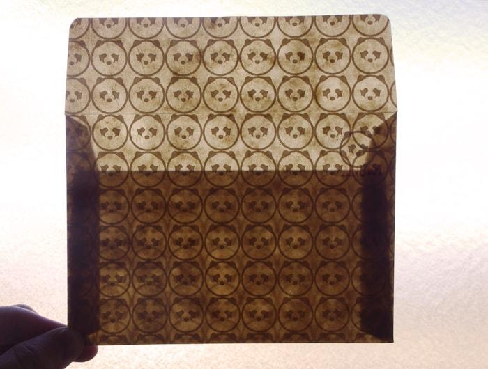 封筒を透かしてみるとホワイトトナーで印刷した模様が浮かび上がる