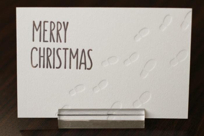 雪についた足あとをモチーフとしたクリスマスカード