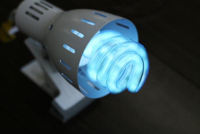 紫外線ライトをあて、樹脂板を露光します