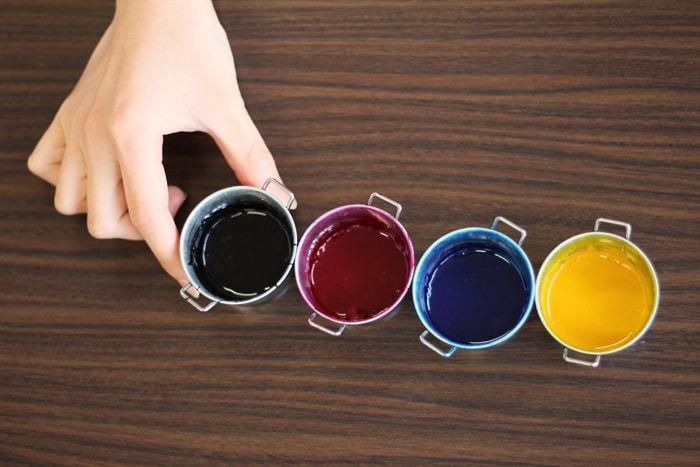CMYKのインクを混ぜ合わせ、好きな色を作ります