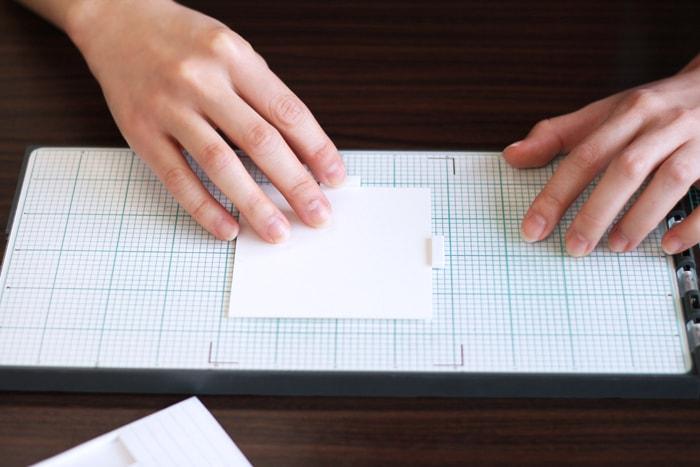 プラットフォームに用紙をセットし、ガイドシールを貼ります
