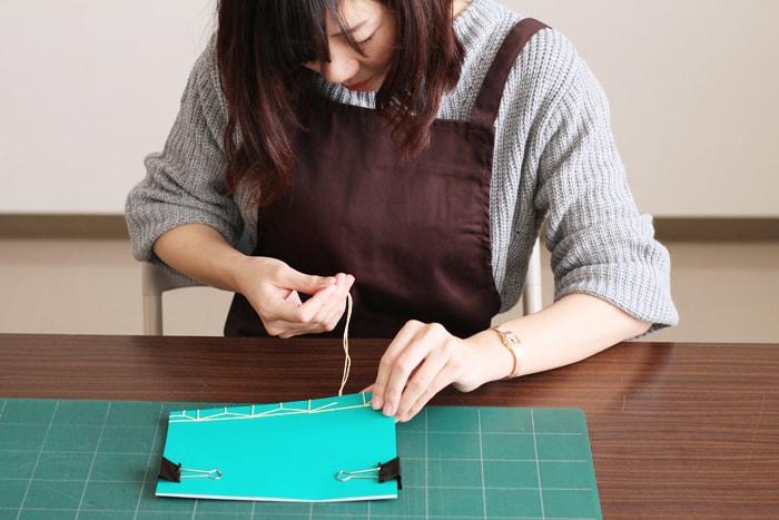高貴綴じよりも糸は長めにとっておく必要があります