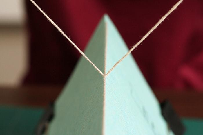 内側から出た2本の糸で背に沿った糸を挟む