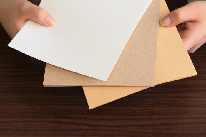 数種類の用紙を切り、それぞれ束にします