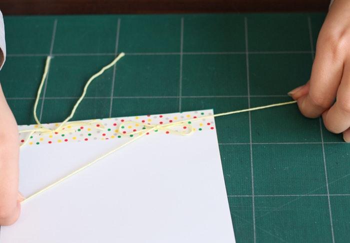 開けた穴に糸を通し、結んであげれば完成です
