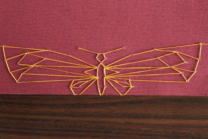 大きな蝶の模様で綴じられている