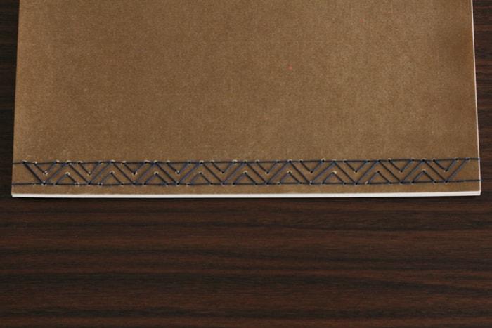 三角形の細かな模様で綴じられた和綴じ冊子