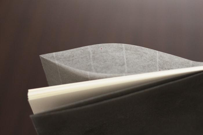 封筒にはロウ引きの技法を応用し、透け感を演出