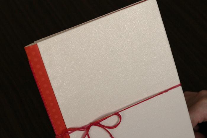 光に当てるとキラキラと光沢のある用紙を使用