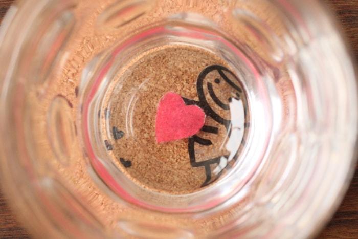 グラスの底にハート模様をデコパージュし、天使がハートを持っているようにみえる