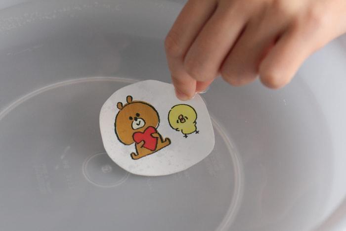切り抜いたイラストは水につけ、紙に水を浸透させる