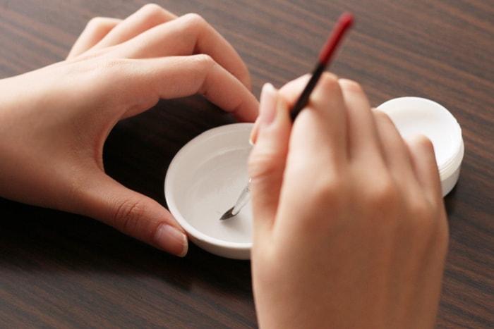 通常のデコパージュと同じように、デコパージュしたいものの方にのりを塗る