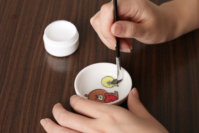 貼った後、ツヤ出しのために表面にまたのりを塗る