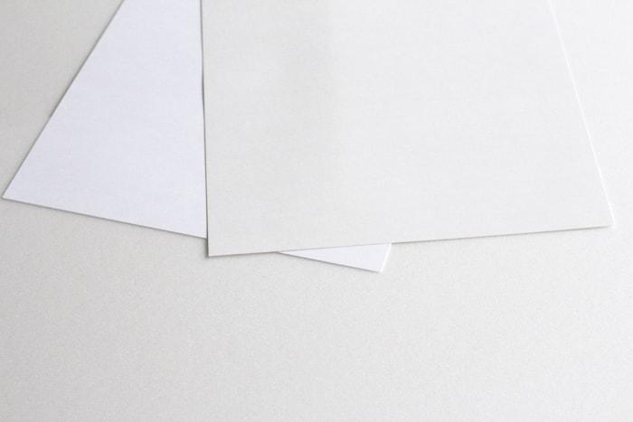 左がマシュマロCoC。普通の上質紙と比べても圧倒的に白いのがわかる。