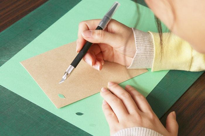 色上質紙から葉っぱを切り抜いている