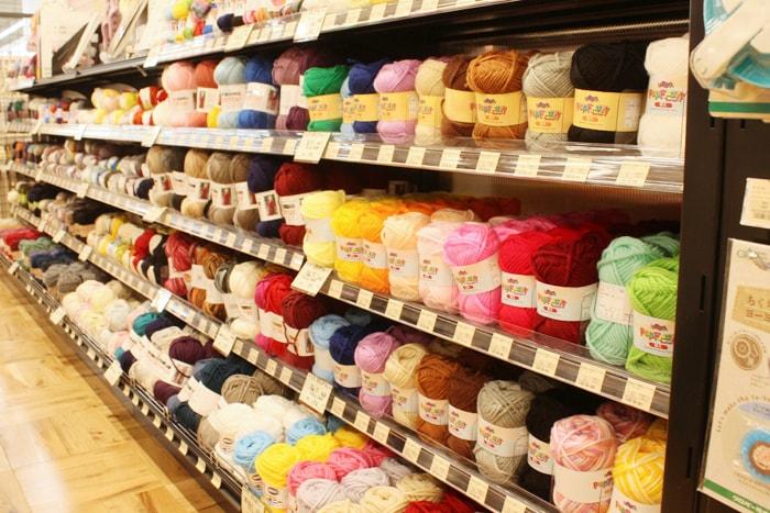 毛糸など手芸用品も取り扱っている