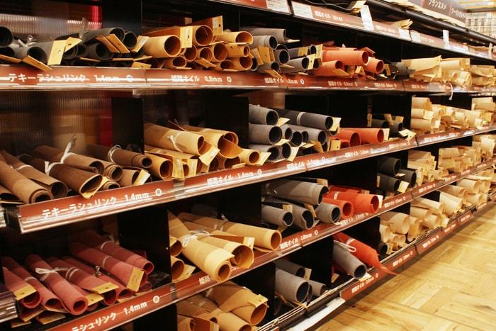アークオアシス大麻店はレザークラフトの革素材も充実している